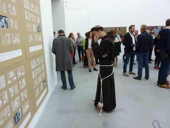 Performancekunstenaar Suske Antigoon (Franciscus) bestudeert collage, Degenerate Customized Solutions, Zeno X Galerij