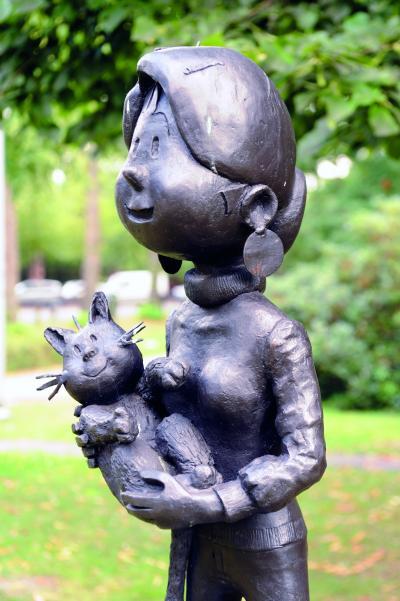 Kari Lente en Titus in Brasschaar, sculptuur van Monique Mol
