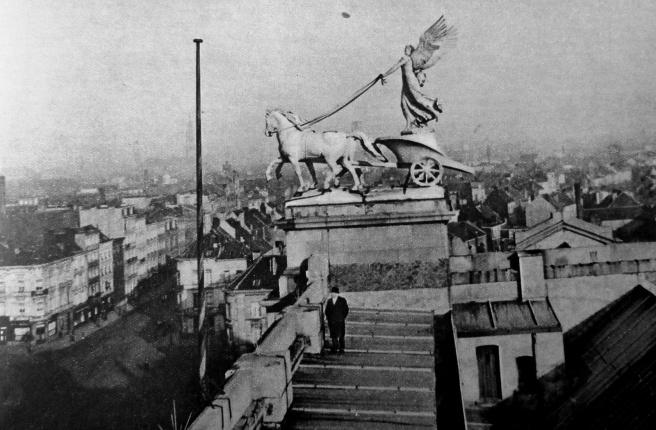 Conservator Jozef Muls op het dak van het museum